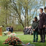 Elementary students accompanying the wreath for fallen Dachau prisoners.